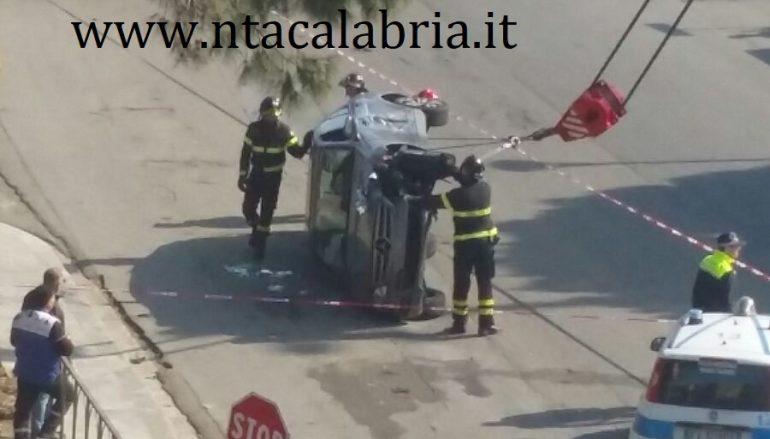 Incidente Reggio Calabria, auto si ribalta e finisce su aiuola
