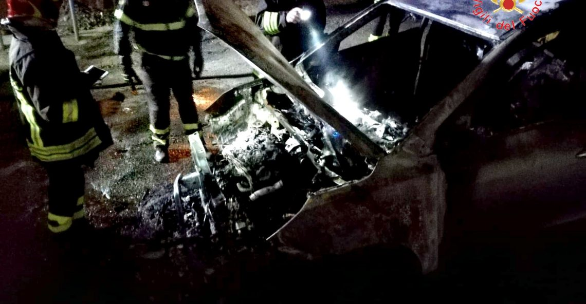 Auto in fiamme a Lamezia Terme