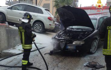 Auto in fiamme a Davoli, nessun ferito