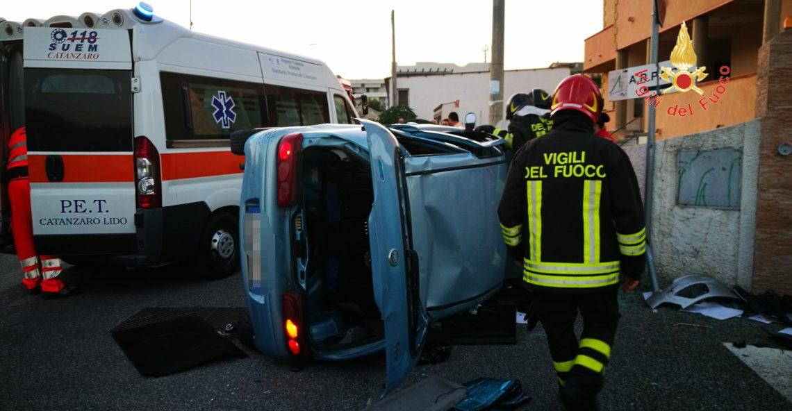 Incidente a Catanzaro Lido, auto si ribalta