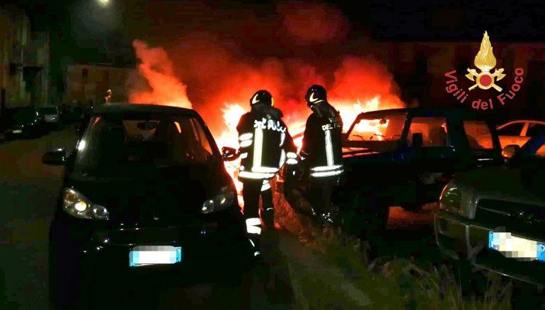 Sei auto in fiamme nella notte a Catanzaro
