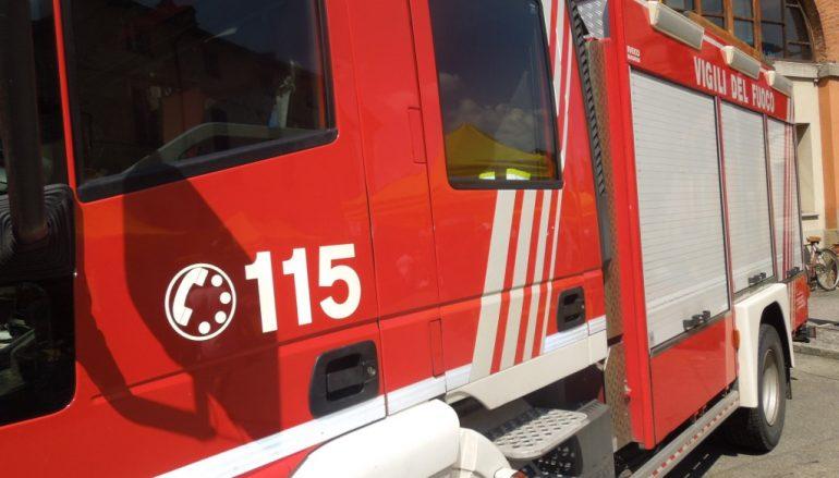 Fiat 500 cade a Stalettì. Si salva per il lampione
