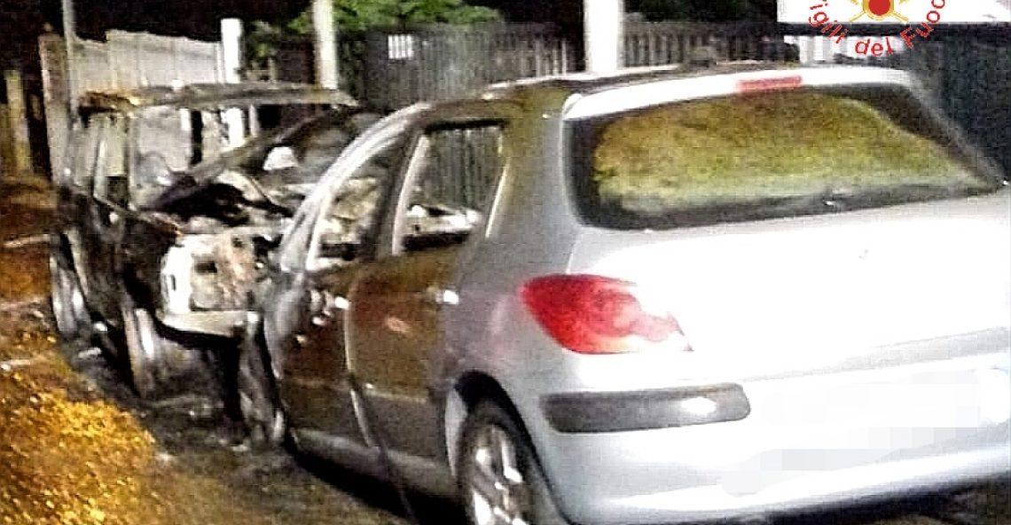 Due auto in fiamme a Borgia: intervento dei Vigili del Fuoco