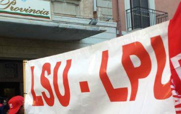 Precari ex Lsu-Lpu occupano la stazione di Lamezia