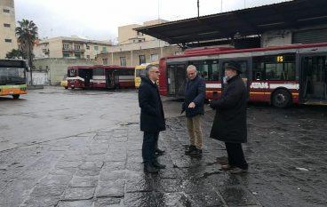 Sassaiola contro bus Atam ad Archi