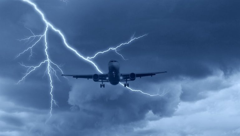Aereo in volo colpito da un fulmine
