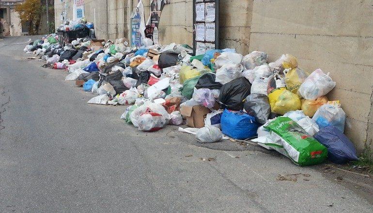 Emergenza rifiuti Calabria, incombe il rischio