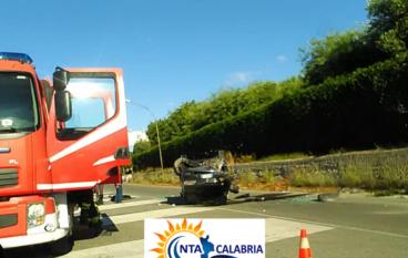 Incidente al bivio di Bova Marina, auto capovolta