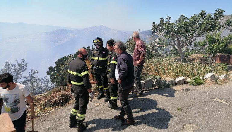 Pericoloso incendio vicino al centro abitato di Motta San Giovanni