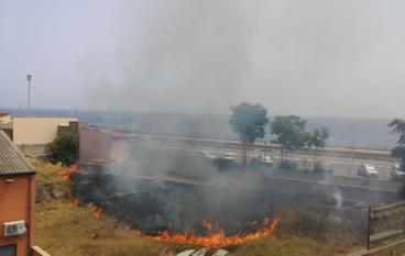 Incendio a Melito Porto Salvo nei pressi della stazione ferroviaria