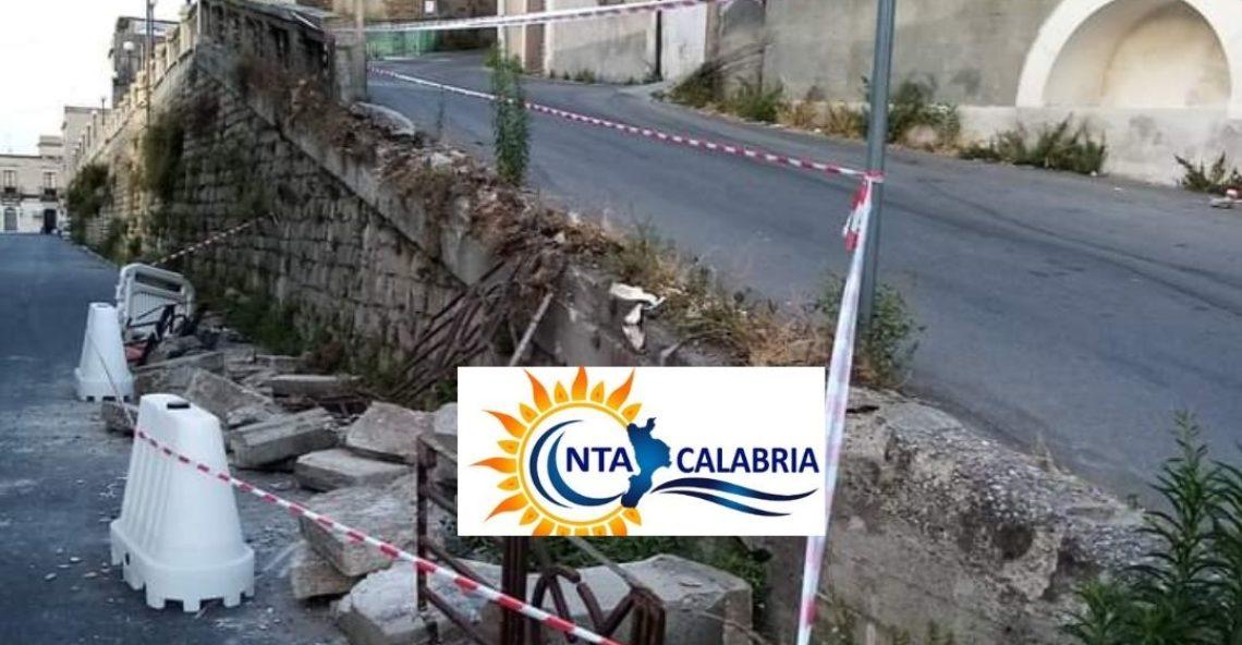 Melito Porto Salvo, caduto un muro storico. La foto