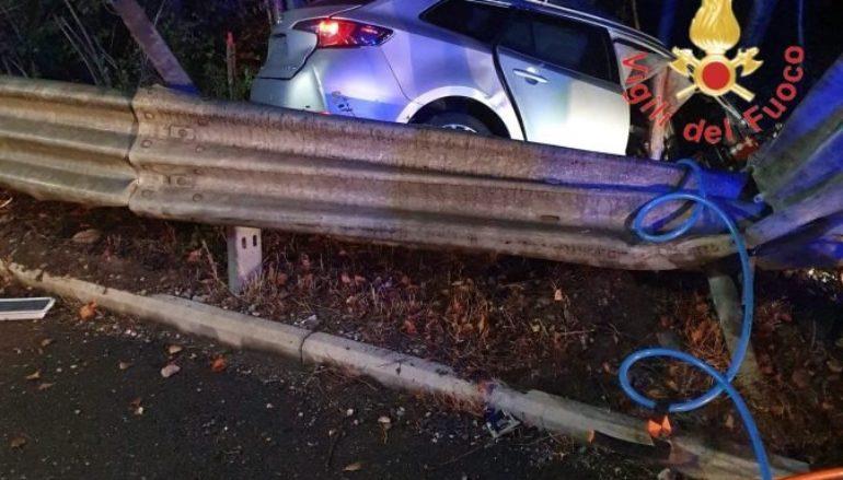 Incidente a Lamezia, auto finisce fuori strada: un morto